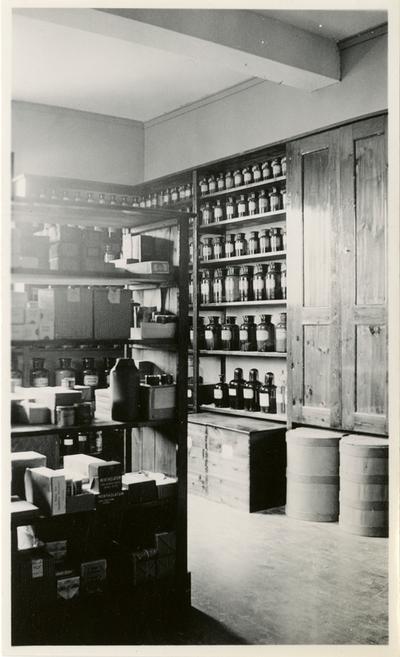 Interiør fra lagerrom på apotek