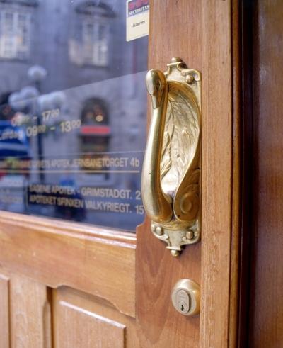Dias med eksterørdetalj av dørhåndtak formet som svane