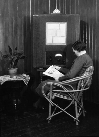 Karine Røisli leser avis foran radioen