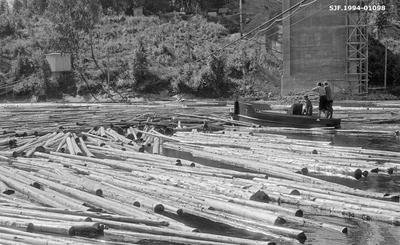 Traktorbåt og tømmer