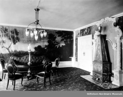 Interiør med møbler fra Caroline Knudtzons stue med ovn i nisje