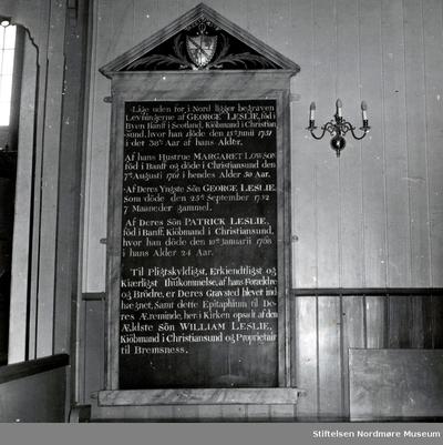 Minnetavle over klippfiskeksportør Georg Leslie (1713-1751) med familie i Bremsnes kirke på Averøy