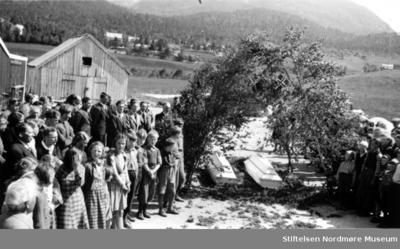 Dobbelt-begravelse med følge i Eidsvåg