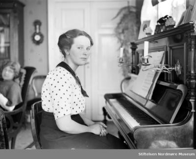 Kvinnen ved pianoet er Hildur Berner Sverdrup