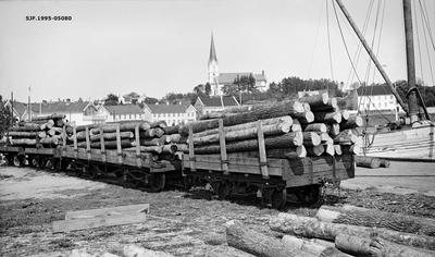 Eiketømmer på jernbanevogner på et sidespor i havneområdet i Lillesand i Aust-Agder sommeren 1935