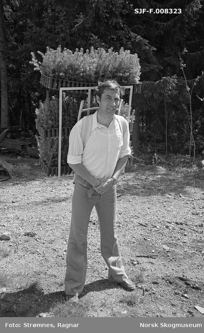 «Reidar Jacobsen demonstrerer ryggmeis for utplanting av pluggplanter i M-95 brett.»«Studier av plantiong og markberedning i Eidsvoll p. g. skog juni 1977.»