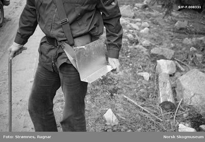 «Dekkrot pluggplanter i M-95 brett, hoftemeis og hullpipe.» «Konsulent Olav Kaveldiget demonstrerer planting. Juni 1977»