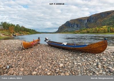 Elvebåter på steinete elvebredd ved Altaelva/Àlttáeatnu i Finnmark