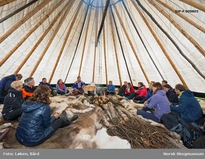 Delegasjon fra Norges vassdrags- og energidirektorats (NVEs) museumsordning samlet i en lavvo i Masi (Máze) i Finnmark