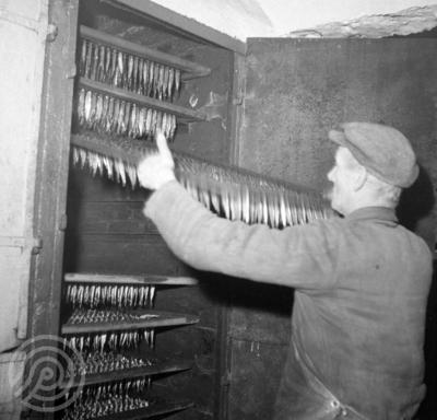 Røyking av sardiner på Hindø Canning