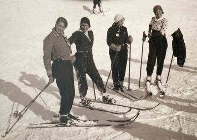 Vakre kvinner på ski