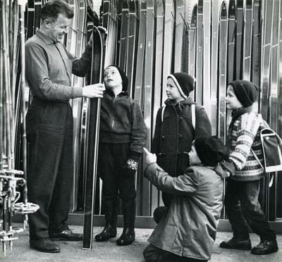 Asbjørn Ruud med unge beundrere