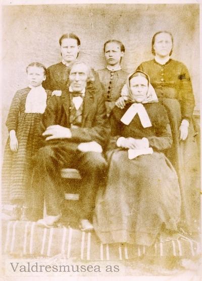 Familieportrett av Per Olson Leistrud og kona Gunhild samt barna