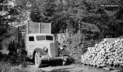 Tansport av cellulosekubb med lastebil fra Borgerud i daværende Norderhov kommune på Ringerike i september 1937