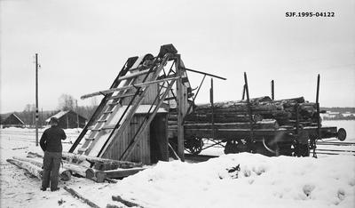 Tømmerlessing på jernbanevogn ved hjelp av såkalt hest eller tømmerhest