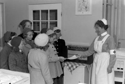 Overrekkelsen av Radio til Strinda sykehus barnestue, for Arbeider-avisa