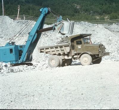 Gravmaskin og 15 tonn Euclid lastebil ved steinbrudd på Kaslegrasmyran