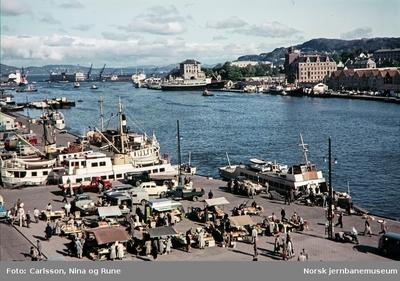 Torghandlere med Vågen i Bergen i bakgrunnen