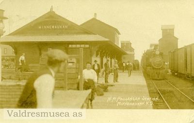 Postkort med motiv fra Minnewaukan passenger station