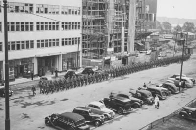 Tyske tropper marsjerer i Roald Amundsens gate