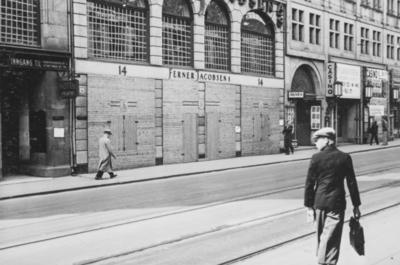 Splintvegg er satt opp for å beskytte Ferner Jecobsens forretning i Stortingsgaten i Oslo