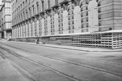 Splintvegg er satt opp for å beskytte Creditbankens lokaler i Prinsensgate i Oslo