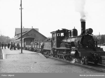 Stavanger stasjon med damplokomotiv type XIII nr 33 med tog i spor 1 - tyske militære på plattformen