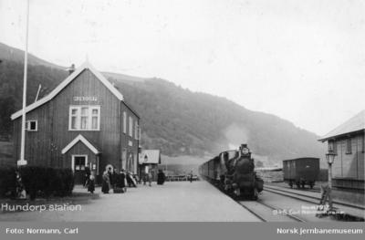 Hundorp stasjon med tog i spor 1