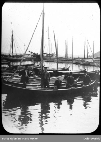 Menn ombord i seilbåt