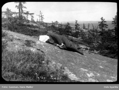 En mann som hviler på berget
