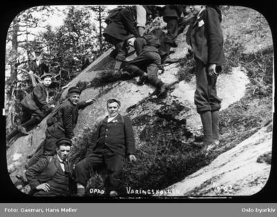 En gruppe menn og ungdommer som klyver på berget