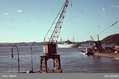 Havnekran og lastebåt utenfor Vippetangen eller Akershuskaia