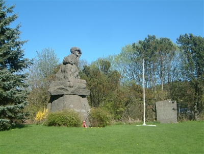 Skulptur over de falne fra Hedrum