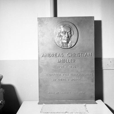 Foto av minnetavle over Andreas Christian Møller for døveforeningen
