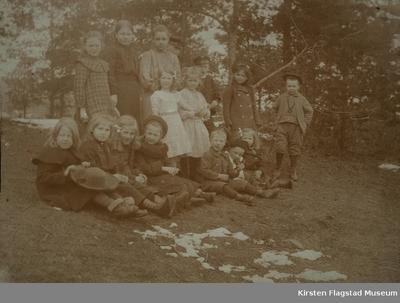 Kirsten Flagstad på haugen ved hjemmet på Vinderen 1903