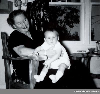 Kirsten Flagstad med et lite barn i USA