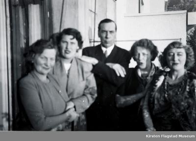 Kirsten Flagstads første ektemann Sigurd Hall med fire ukjente kvinner