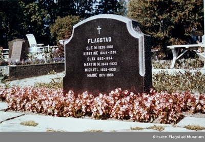 Gravstenen til familien Flagstad på Hamar kirkegård 1960