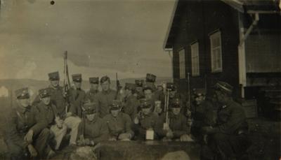 Soldater foran et hus