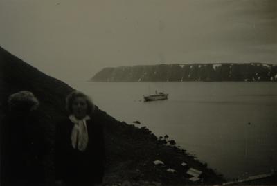 To kvinner foran et skip på en fjord