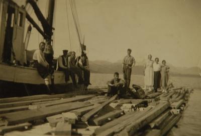 Mennesker med bygningsmateriale på en kai