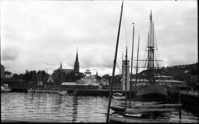 Frå hamna i Trondheim med Nidarosdomen i bakgrunnen