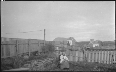 Fru Nordstrand (gamla på Vadøyneset) i gyngestol i hagen