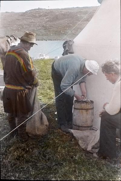 Fra foredragsrekken Landmålerlivet i Finnmark v/Axel Printz : Fisken saltes ned