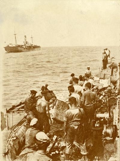 Mannskap ombord i tysk ubåt etter torpedering av D/S 'Norefos' (b