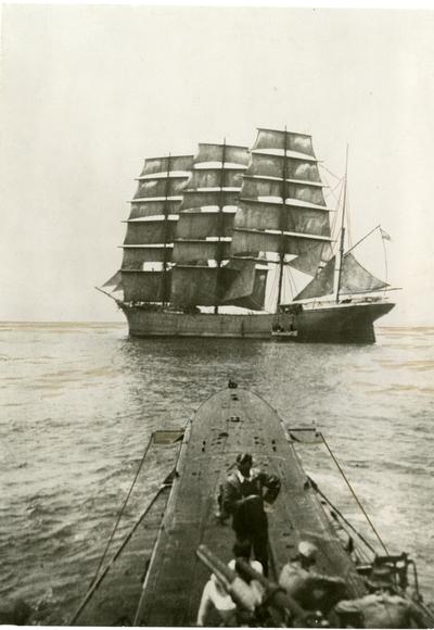 Livbåten blir låret fra et seilskip