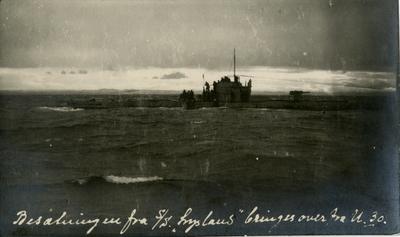 Mannskap fra et seilskip blir tatt over fra tysk ubåt til et ventende skip