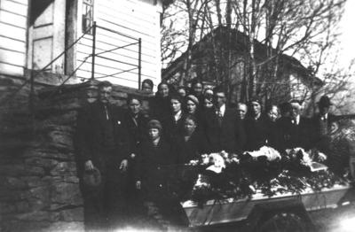 Gruppefotografi av gravfølget ved båra til Karen Ødegård (f