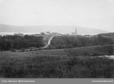 Tana kirke med prestegården til venstre