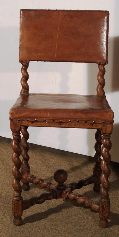 Stolpekonstruert stol med tappete sammenføyninger sammenholdt med trenagler